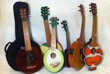 Unsere Ukulelen, Guitalelen und Banjolelen / Hier möchten wir Ihnen einige unsere Produkte vorstellen die wir bald in Hamburg und Online zum Kauf anbieten wollen. Es handelt sich dabei um Zupfinstrumente wie Banjolelen, Ukulelen, Deko- und Mini-Gitarren, sowie Guitalelen.
