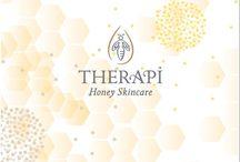 Therapi Honey Skincare / Therapi Skincare nous offre une gamme de soins complète pour les peaux les plus sèches, normales, mixtes à grasses et les plus sensibles et fragiles. Combinés au miel, les soins biologiques Therapi contiennent des extraits botaniques actifs, des huiles végétales bio pressées à froid et des beurres nourrissants pour garder votre peau éclatante de beauté et plus saine jour après jour.