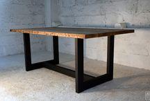 Stół Borer / Oryginalny i niepowtarzalny stół z blatem ze szczotkowanego drewna jesionowego z pozostawionym oflsiem i rysunkiem po korniku. Postarzany według naszej autorskiej receptury. Podstawa w ciemnym matowym kolorze z profilów 10x5. Blaise Handmade Furniture produkuje meble na indywidualne zamówienie klienta (zmiana rozmiaru,koloru podstawy, grubości elementów). Meble Blaise powstają w 100% w naszej pracowni, każdy się wyróżnia i jest dopracowany w najmniejszym szczególe.