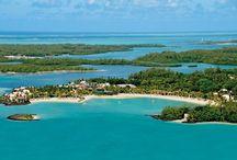 LE TOUESSROK - MAURITIUS / Questo hotel di lusso, famoso per essere uno dei più romantici del mondo, si trova nella costa est di Mauritius. Appartiene alla catena Sunresorts, garanzia di eccellente e qualità. Il resort è adagiato su una stupenda striscia di sabbia bianca nella località di Trou d'Eau Douce bay. A completare un ambiente suggestivo concorrono le due isole nella laguna di fronte l'Ilot Mangénie, accessibile solo ai clienti del resort, l'Ile aux Cerfs che ospita il campo da golf.