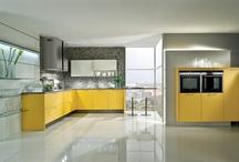 Gelbe Küchen / Eine Küche in Gelb versprüht Sommerlaune. Besonders frisch wirkt eine Küche in Gelb in Kombination mit Weiß. Die Sommerfarbe regt die Kreativität an, wirkt frisch und belebend.