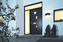 Svart ytterdør / En svart dør skaper en stilig kontrast. Klassiske og moderne svarte dører.