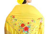 Mantones Triangulares Bordados GRANDES! / Mantones de jersey de seda bordados con flores de manila con flecos industriales super grandes! Ideales para ensayo y baile! Tamaño: 2mts del lado mas largo con flecos de 30cm. Artículo importado de España.