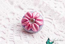 Spilla con fiore margherita rosa e viola fatta in fimo