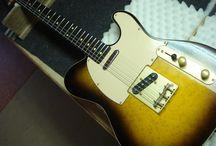 Fenix Telecaster / Deze gitaar had wat roest plekken en viezigheid. Ik heb de brug en afdekplaat geschuurd en opnieuw in de lak gezet. Nieuwe schroeven gemonteerd waar nodig. Nieuwe zadels gemonteerd op de brug. De hals gepoetst en afgesteld en een grote schoonmaakbeurt gegeven.