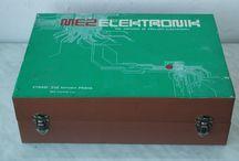 Stavebnice / Vintage electronic kit MEZ Elektronik 02 / Československá elektrotechnická stavebnice z 80. let 20. století. Více informací najdete v článku na adrese http://www.elektroraj.cz/2016/01/10/stavebnice-mez-elektronik-02/ .