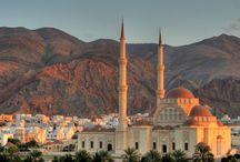 Oman / Prawie 3000 km bajecznych, piaszczystych plaż, tajemnicza pustynia i zabytki wpisane na listę UNESCO to główne atuty Omanu. Na każdym kroku poczuć można autentyczny świat Orientu. Mozaika krajobrazów – pustynie, surowe łańcuchy górskie, głębokie kaniony i oazy pełne zadziwiająco bujnej roślinności i tryskających źródeł – to tylko część atrakcji oferowanych przez ten mało znany w Polsce kraj.http://www.itaka.pl/nasze-kierunki/oman.html