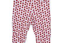 Designer IOBIO (0-6 anni) / Il brand austriaco IOBIO propone una linea di abbigliamento biologico di alta qualità per bambini da 0 ai 6 anni. Il suo stile è pulito, fresco, minimal con classe, molto comodo e confortevole.  L'azienda è certificata GOTS dal 2009 e ciò garantisce il rispetto di principi ecologici ed etico-sociali, nonché la sicurezza dei prodotti tessili. Inoltre la certificazione ÖkoTex Standard 100 Classe 1 (bambini piccoli) garantisce i prodotti tessili privi di sostanze tossiche.
