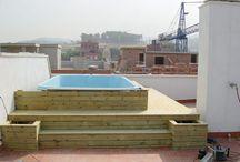 Colocación de piscina con revestimiento de madera en ático particular