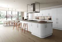 The Imola White Look / Imola White Kitchen Doors, finished with the tapered bow handle (satin chrome) and an Axiom Brushed Concrete PP6275 MAT worktop.