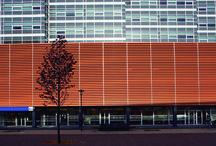 Aeroscreen Plus / El quiebravista Aeroscreen Plus ha sido diseñado para revestir una doble piel, fachadas de edificios y, a la vez, ser una solución eficaz en la protección solar pasiva, manteniendo el contacto entre el interior y el exterior del recinto debido a su transparencia.   Materiales: Aluzinc, Acero Corten, Aluminio, Cobre. Espesor: 1mm Colores: mas de 100 colores standar y a pedido. Usos: Quiebravistas Terminación: Lisa o perforada largo máximo: 3,5 m (perforado o liso) Rendimiento: según proyecto