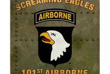 WW2 - FORMATIONS - 101st AIRBORNE / 101 Dywizja Powietrznodesantowa–101 Dywizja Powietrzno-Szturmowa) (ang.101st Airborne Division (Air Assault))–związek taktycznywojsk powietrznodesantowychArmii Stanów Zjednoczonych.101 DPD została aktywowana16 sierpnia1942roku. Utworzona docelowo jako dywizja spadochronowa. Potocznie zwana Screaming Eagles (Krzyczące Orły).