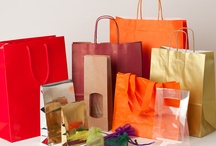 """Bolsas para transporte y almacenamiento / Bolsas camiseta, bolsas plásticas de colores, bolsas transparentes con cierre y solapa adhesiva, bolsas de celofana, bolsas de polietileno, bolsas en polietileno decoradas y brillantes, bolsas/sobres de papel con y sin fuelles, bolsas para almacenamiento de alimentos, bolsas plastificadas con asas, bolsas de papel/celulosa con asas retorcidas, bolsas troqueladas en plástico, tela, """"No tejido"""", bolsas para botellas en diferentes materiales y colores, bolsas de lona. / by La Bolsera ."""