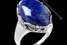 """Jóias de Prata com Lápis Lázuli! / Em latim, significa """"pedra azul"""". Esta pedra está associada ao poder, como o poder de intuição. Além disso, ajuda as pessoas a desenvolverem a estabilidade e poder da mente, possibilitando a atuação da força espiritual, atraindo a mente para o interior à procura de sua própria fonte de poder."""