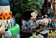 Mickey Safari / Adoramos esse tema, usamos balões Qualatex de 11 polegadas com mancha dos animais, além de ser visualmente mais bonito, chama bem mais atenção e dura muito mais. Na mesa principal usamos o balão duplo de 12 polegadas para acompanhar o restante da decoração. Creditos: Balão Cultura