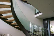 Escalier acier, métal, fer, verre, bois, design, luxe. / Ce tableau est consacré aux escaliers d'exception en acier et bois, métal, verre. Forme droit, tournant, rond, hélicoïdal, colimaçon, moderne, luxe, design, quart tournant. Ambiance chalet, montagne, moderne, vintage, romantique. Déco