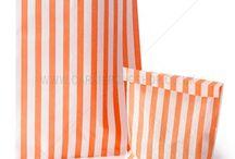 Orange Taschen und Verpackung
