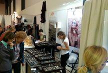 BAAZAR BERLIN - Targi /  Bazaar Berlin to międzynarodowe targi wyrobów z dziedziny sztuki użytkowej i rzemiosła artystycznego, organizowane w Berlinie od ponad 40 lat.  Co roku artyści, rzemieślnicy i handlowcy spotykają się w Berlinie z ciepłym przyjęciem entuzjastów wysokiej jakości produktów etnicznych, sztuki użytkowej i rzemiosła artystycznego. Wielu odwiedzających traktuje targi jako doskonałą okazję do zaopatrzenia się w oryginalne prezenty świąteczne.