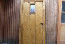 Drásané dvere / Drásané dvere pôsobia starobylo, historicky, viac prírodne. V zahraničí je o tento typ okien veľký záujem. V Európe napríklad v Anglicku, Taliansku, Rakúsku alebo Nemecku. Rakúšania napríklad na Slovensku už roky kupujú staré drevené trámy, ktoré napília, vydrásajú a z tohto dreva robia podlahy, nábytok, rôzne drásané skrine, komody.