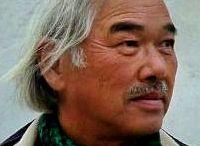 Yoshin Ogata / Espone le sue prime sculture presso il Shinseisaku-Kyokai di Tokyo nel 1969 e nel 1970 si trasferisce a Londra dove studia al British Museum. Dopo un lungo viaggio attraverso l'Europa, si reca negli Stati Uniti e in Messico