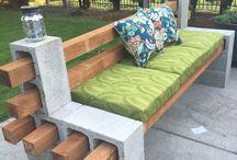 Bänke aus Holz/Steinen