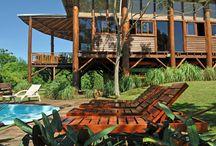 Piscina de Puro Moconá Lodge / La piscina de Puro Moconá Lodge posee una espectacular vista del Río Uruguay, la selva y los vecinos morros brasileros.