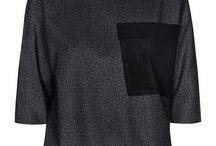 ELKOWICZ / Elkowicz to marka, stworzona przez Katarzynę Elkowicz. Pani Katarzyna tworzy ubrania dla kobiet współczesnych, ceniących wygodę i miejski szyk. Zależy jej na niekończącym się przenikaniu jej modeli w różnych sezonach, tak by tworzyły w szafach klientek unikatowe, spójne i różnorodne kolekcje.  Ideą marki jest tworzenie ubrań ponadczasowych, minimalistycznych, które jakością i formą zadowolą najbardziej wymagające z Pań.