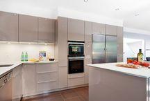 Küchen / Die Küche ist ein zentraler und beliebter Treffpunkt für alle Hausbewohner, nicht nur um das Essen zu zubereiten, sondern auch um die Erlebnisse des Tages und neue Ideen auszutauschen. Gemütliches Beisammensein und gemeinsames Kochen verbindet und es macht umso mehr Spaß, wenn die Küche gut geplant ist und ausgestattet ist, um die Köche und Geschichtenerzähler zu unterstützen.