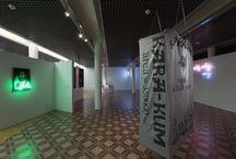 O aranżacji przestrzeni wystaw - rozmowa z Krzysztofem Skoczylasem / O aranżacji przestrzeni wystaw - rozmowa z Krzysztofem Skoczylasem. Czym dla wystawy jest jej architektura? Czy to tylko tło ekspozycji, a może środowisko, które podkreśla relacje między dziełem sztuki, zamysłem kuratora, a odbiorcami? http://artimperium.pl/wiadomosci/pokaz/162,o-aranzacji-przestrzeni-wystaw-rozmowa-z-krzysztofem-skoczylasem#.UwNBJfl5OSo