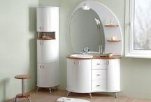 Antado Royal / Meble łazienkowe z serii EG-3 powstały w wyniku poszukiwania form wzorniczych o płynnych liniach i naturalnych zaokrągleniach. Meble te posiadają drewniane blaty i półki w kolorze orzecha. Dostępna jest także wersja z dwiema umywalkami ceramicznymi.