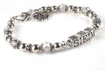 MamaKado ♥ Naam Armband / Sprankelende Armbanden met Namen, en soms ook SWAROVSKI geboortestenen. Vind jij je eigen persoonlijke armband ook hiertussen?