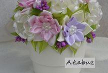 Kwiatki ze wstążki w osłonce
