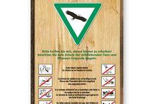 Holzdekorschilder / Schilder im Holzdekor Beschilderung in Holzoptik als günstiger Ersatz für Holzschilder  Die Schilderserie GF-Holzoptik ist die alternative Serie zur Beschilderung von Grünflächen und Wäldern. Die Schilder dieser Serie kommen überall dort zum Einsatz, wo ein Holzdekor gewünscht wird, die Produktion von Holzschildern und Holzwegweisern jedoch zu kostenintensiv, bzw. die Darstellung bestimmter Motive und Feinheiten auf Holz nur schlecht umzusetzen ist.