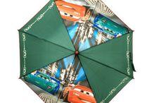 Paraguas de licencias / Paraguas automáticos para los días de lluvia. Entre otros tenemos Monster High, Cars y Hello Kitty.