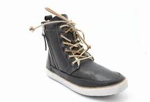 Blackstone schoenen / Blackstone schoenen is een Nederlands bedrijf ontstaan in 1992. Blackstone begon als een workers merk en is hedendag één van de hipste merken van dit moment. Blackstone heeft gave damesschoenen, herenschoenen, jongensschoenen en meisjeschoenen met de allermooiste en stoere disigns. De schoenen van Blackstone zijn geheel gevoerd met leer en in de winter met echte wol, wat de schoenen zeer aangenaam maakt ook bij koude tempraturen!