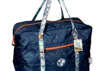Reisezeit / Praktische Tagebücher kaufen oder Freunden Reise-Freude verschenken. Hier gibt es Accessoires wie das schöne Allzweck-Täschchen, das mobile Ladegrät oder die schöne Falttasche.