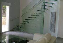 Escalier verre Skystep / Skystep glass stairs / . escalier : autoportant droit, quart ou demi tournant . structure : une ou plusieurs parois latérales en verre, rampantes (diagonale) ou reposant au sol ou suspendue . marches : verre / bois (chêne, hêtre, ou autre sur demande) / inox / acier . garde-corps : verre