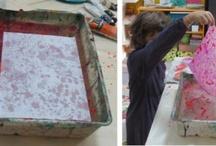 tessuto marmorizzato / Marmorizzare significa dare apparenza di marmo, con onde, venature, e macchie. Il marmo, che la tecnica della marmorizzazione cerca di imitare, può essere bianco, roseo, bluastro, variegato o chiazzato, con disposizioni molto varie delle vene, bande o macchie. Oltre alla carta, si possono marmorizzare anche in tessuti