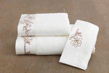 VIOLA - froté kolekcia uterákov / Kolekcia froté uterákov VIOLA poteší každého milovníka komfortu a kvality. Nadýchaná česaná bavlna v bielej alebo smotanovej farbe, decentne zdobená zlatou či bronzovú kvetinovou výšivkou, vdýchne Vašej kúpeľni pečať luxusu a výnimočnosti. Okrem dizajnu vás príjemne prekvapí aj mimoriadna kvalita česanej bavlny s antibakteriálnou úpravou, z ktorej sú výrobky ušité.
