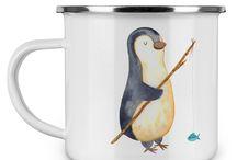 Pinguin - Kollektion / Diese wunderschöne Emaille Tasse von Mr. & Mrs. Panda ist wirklich etwas ganz besonders.  Diese Metalltasse mit abgesetztem Edelstahl Rand in Emaille Optik ist der perfekte, bruchsichere Begleiter für dein nächstes Abenteuer.