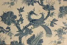 """""""Kékfestés"""" a porcelánon: Barth Lídia / Barth Lídia 1941-ben született a bánsági Nagybecskereken [Zrenjanin]. A keramikusnő 1968 óta él és dolgozik Tihanyban, ahol egy kerámiaműhelyt alakított ki egy parasztház udvarán Barth Lídia Fazekasház néven. Emblematikus alkotásai közé tartoznak a kék-fehér mintás, ún. habán kerámiái, amelyek a kékfestés továbbörökítéséül is szolgálnak: a textileljárás motívumait, mintáit, valamint színvilágát ülteti át a fazekasság technikájára."""