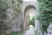 Saturnia (12 km) / Già apprezzata dagli antichi Romani per le sue acque termali