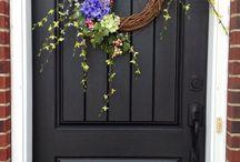 венки и украшения на дверь
