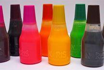 Tusz do pieczątek  /  Max posiada najszerszą ofertę tuszów do pieczątek: 26 kolorów tuszu standardowego ( przeznaczonego do papieru). Oferujemy równiez tusze do powierzchni nietypowych(metal,szkło, plastik, drewno), tusze wodoodporne, szybkoschnące, fluorescencyjne i  UV.