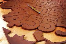 Tall og bokstaver, keramikk