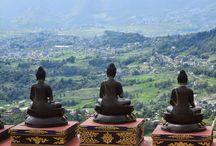 Népal / Le Népal est un pays enclavé situé entre l'Inde et la Chine, le Népal est un pays d'Asie du Sud dont la population totale est de plus de 27 millions avec une superficie de 147 181 kilomètres carrés. Il dispose de 14 zones et 75 districts avec plus de 3 000 villages. Népal est un petit pays, mais ils ont une polyvalence dans la nature, la tradition et culture. Ne vous permets pas seulement au le plus haut du sommet du mont Everest, mais aussi de la verdure et du Teraï..