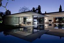Alta Gama / Esta es una vivienda modular, de estructura metálica y alta gama, diseñada por Pitsou Kedem Arquitectos. La casa posee amplias cristaleras que dan paso a una percepción mayor del espacio y a la luz. También, la vivienda viene presentada en una sola planta y revestida a gusto del cliente.  http://www.EstudioDReam.es/