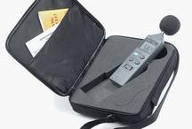 Fonometri / Il fonometro è un apparecchio in grado di misurare il livello di inquinamento acustico attraverso la lettura del livello di pressione sonora generata dai rumori ambientali