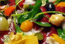 Olio extravergine di oliva e sott'olio Made in Italy / Dai funghi rositi alla crema di peperoncino piccante, dagli involtini di melanzana al trito di olive, offriamo il meglio dei sott'olio.