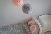 Aranżacja pokoju dziecięcego / Narzuta, poduchy na łóżko, pompony z tiulu do pokoju dziecięcego.